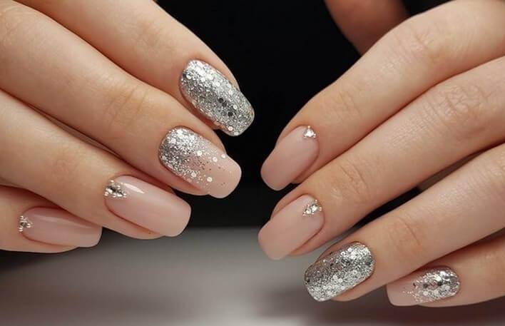 Асимметричный дизайн ногтей беж с блестками