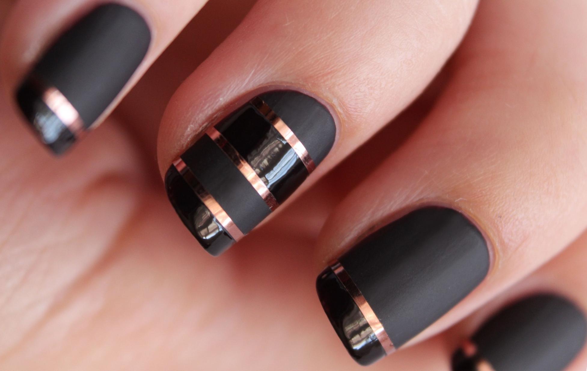 Черный маникбр с фольгой на короткие ногти