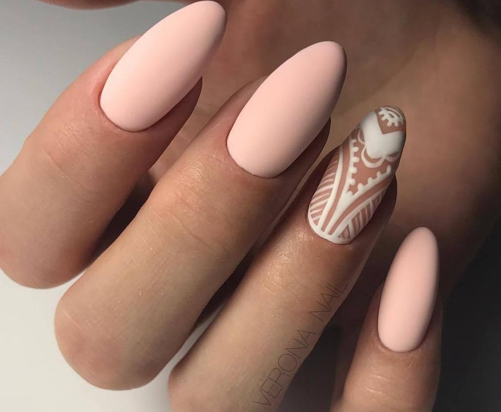 Нюдовый графичный дизайн ногтей